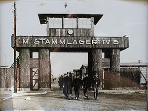 English: Entry of Stalag IV-B Deutsch: Eingang...